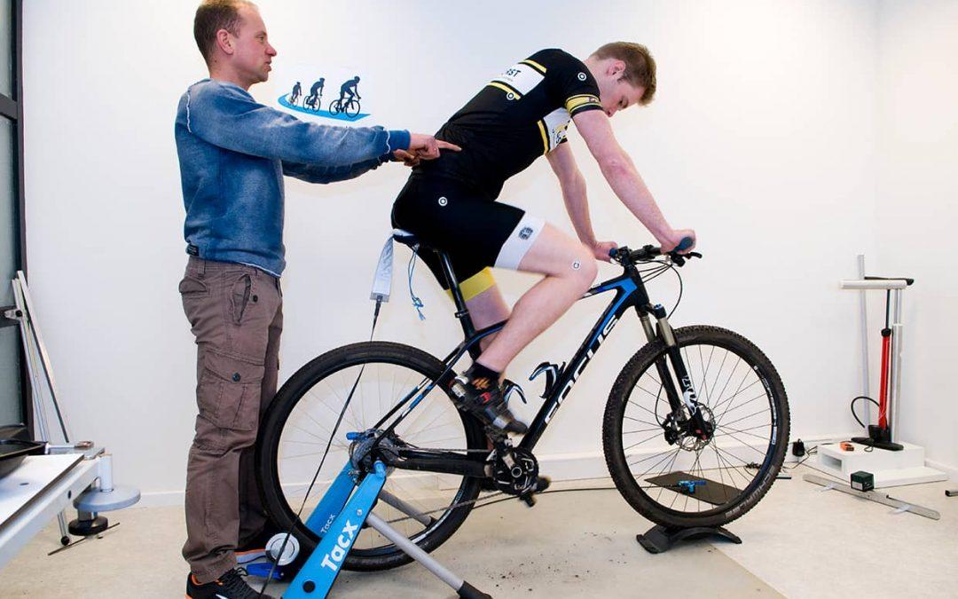 Zeurend, verkrampt gevoel en lage rugpijn tijdens het fietsen